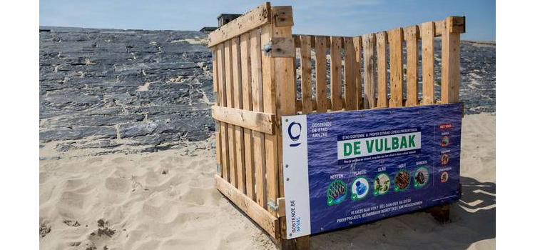 Vulbakken om strandafval te verzamelen